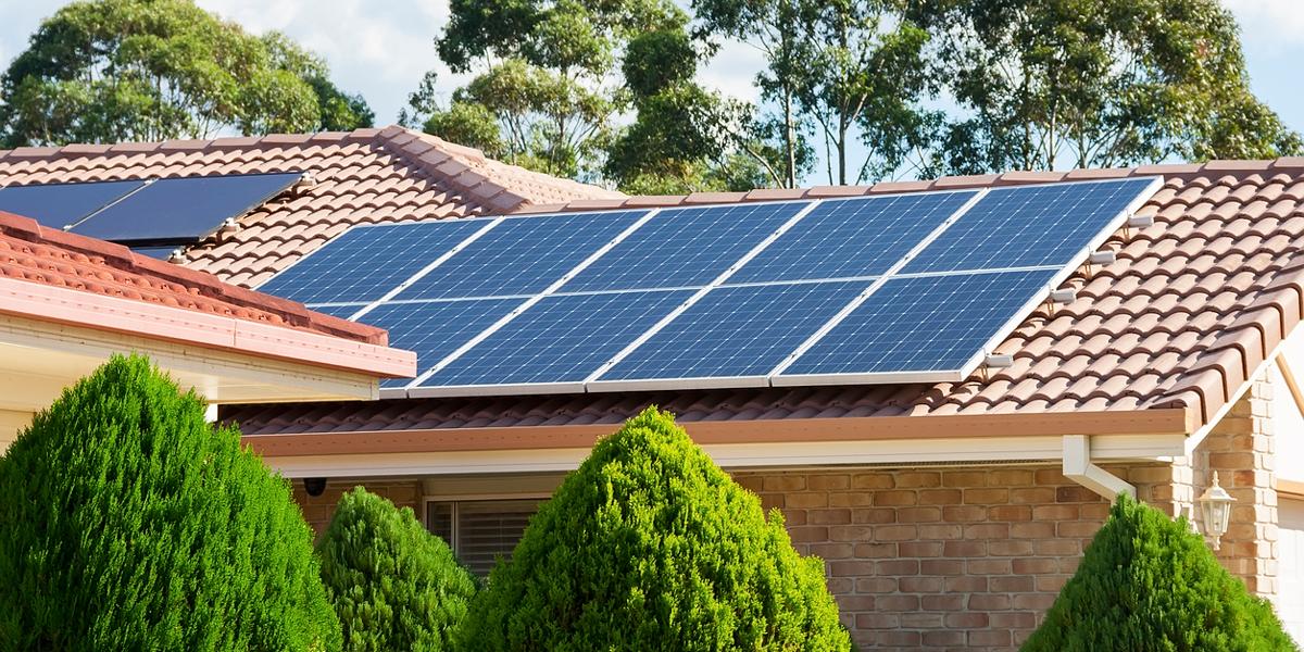tetto casa con pannello solare