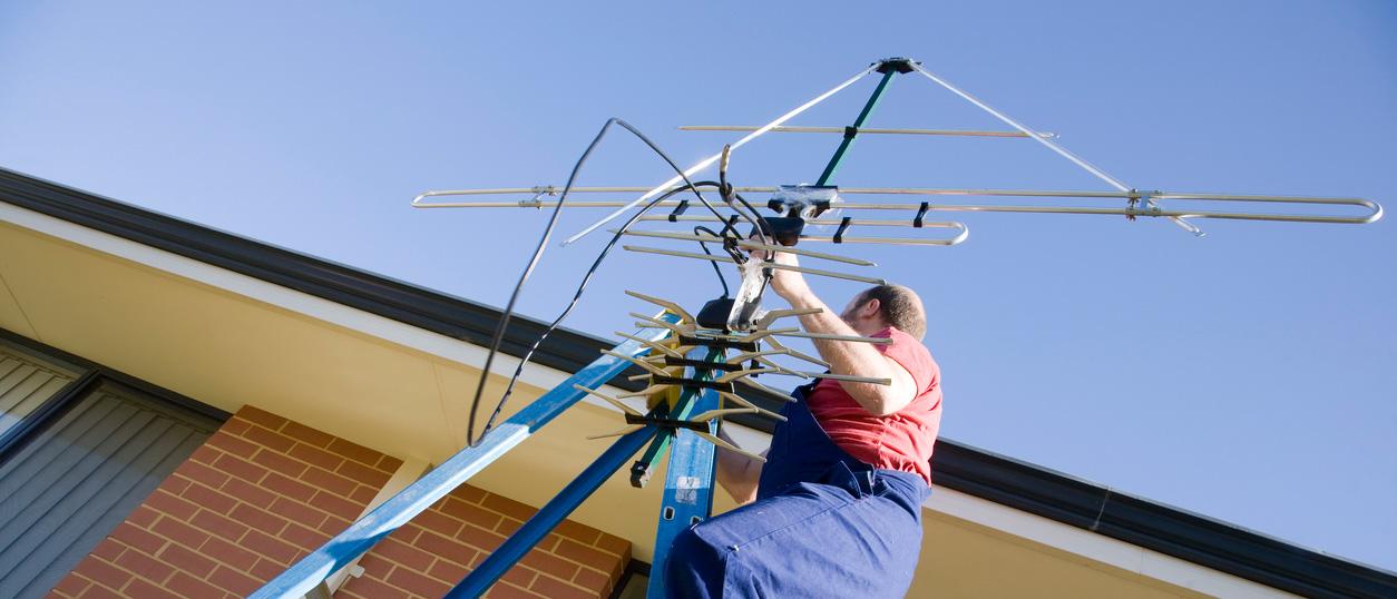 installazione-antenna-operaio