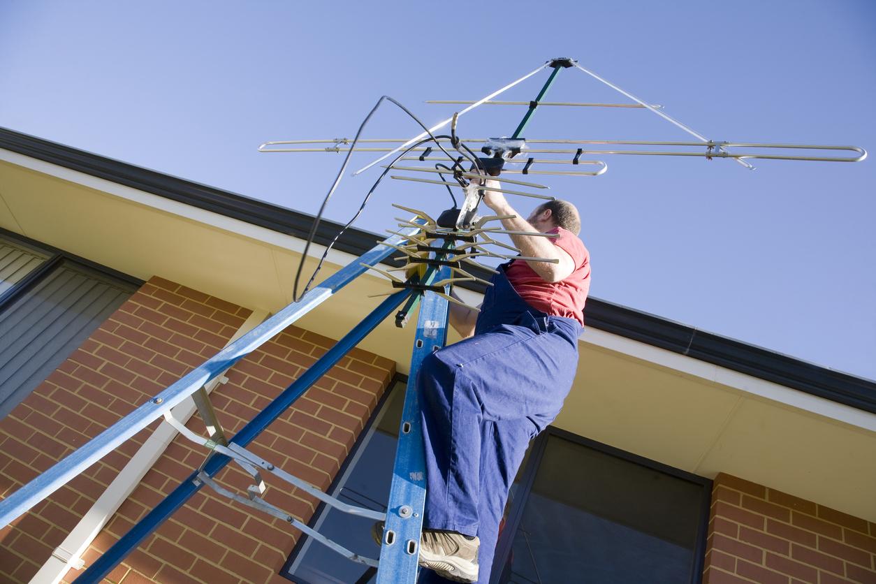 installazione antenna operaio