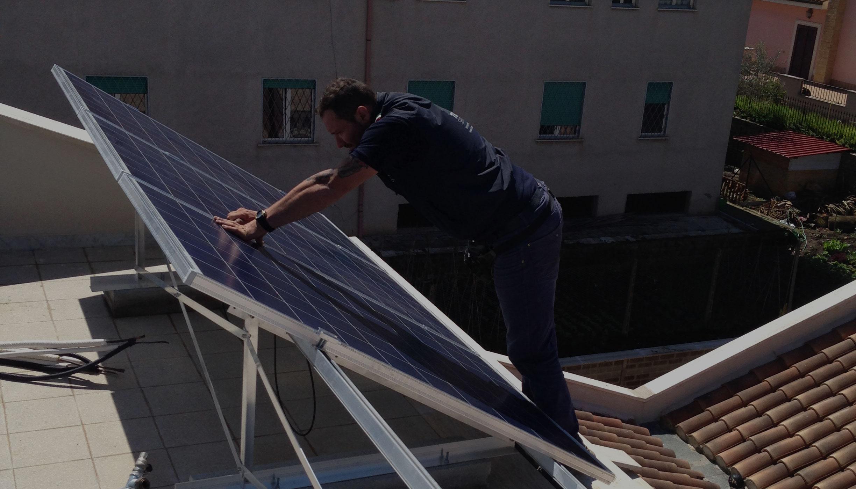 operaio-pannello-solare